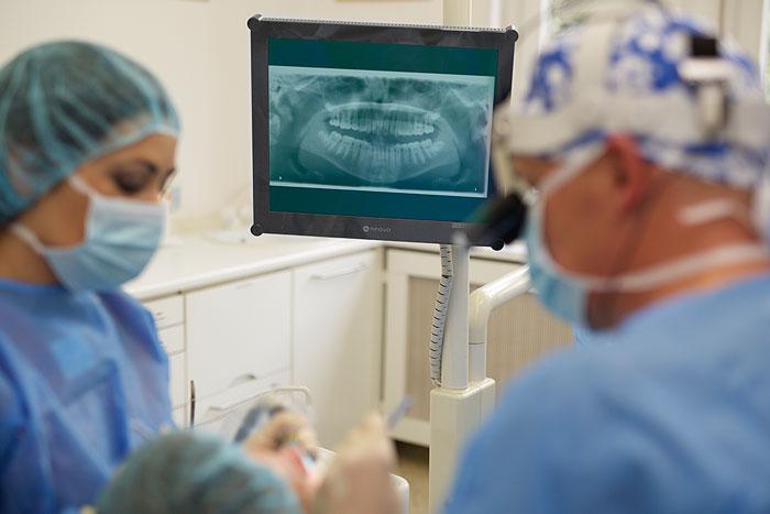 Zahnarzt Dr. Oliver Wellmann ist Spezialist für Zahnimplantate
