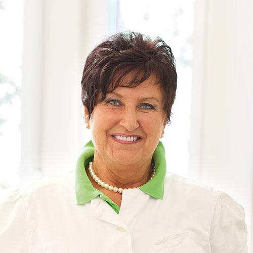 Zahnarztpraxis mit Meisterlabor: Leokadia Höhn arbeitet seit vielen Jahren als Zahntechnikerin in der Praxis Dr. Wellmann