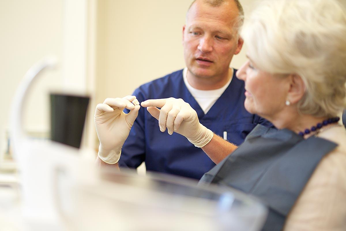 Zahnarzt Dr. Oliver Wellmann berät Patienten umfassend zu ihrem neuen, hochwertigen Zahnimplantat.