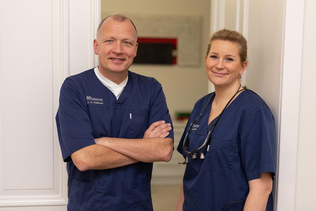 Zahnarzt Dr. Olliver Wellmann und Zahnärztin Larissa Stiefvater mit Team