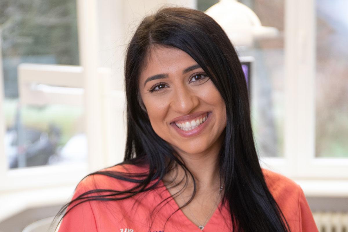 Zahnästhetik ermöglichst gerade Zähne und natürliches Lächeln