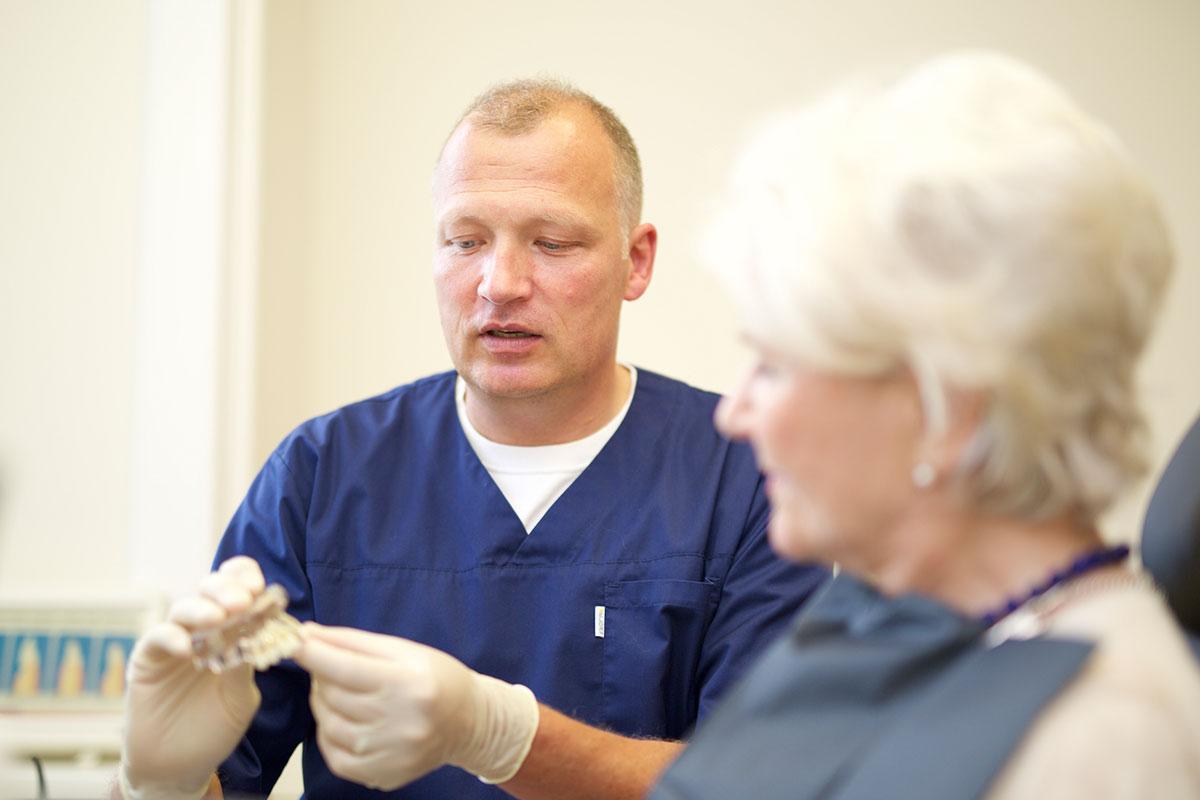 Zahnersatz Beratung einer Patientin durch Zahnarzt Dr. Wellmann