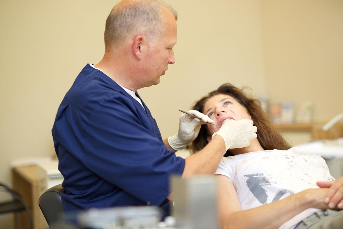 Zahnfleischbluten und Zahnfleischentzündungen werden von Zahnarzt Wellmann sorgfältig untersucht
